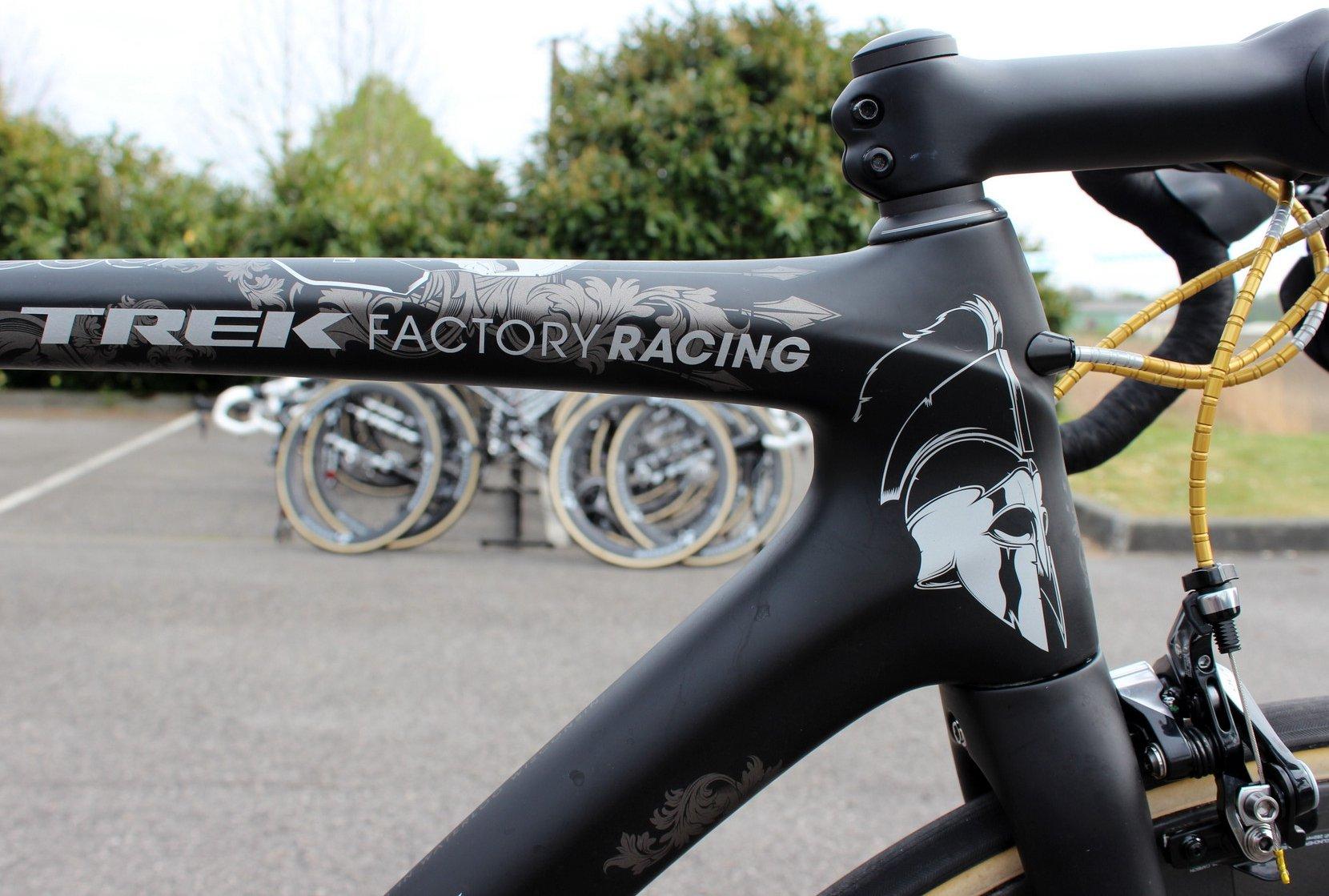 Die Geometrie von Cancellaras Trek Domane Classics Edition ist speziell auf Kopfsteinpflaster ausgelegt. Dank dem Spartacus-Design kann man das Bike auch nicht übersehen.