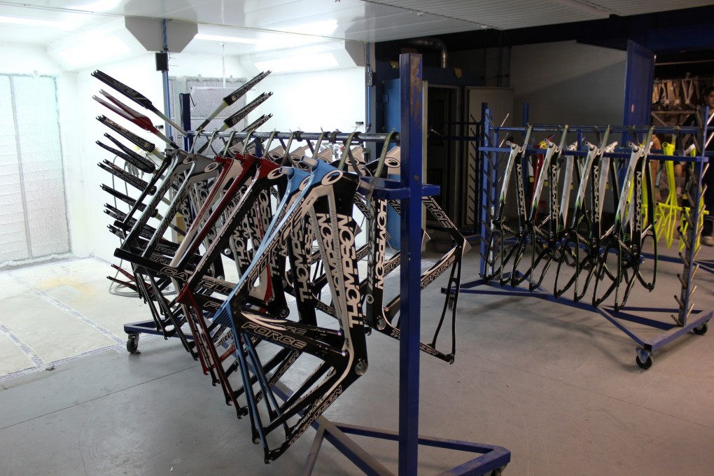 Die Rahmen werden in Thompsons's Montagewerk in Wallonien individuell lackiert.
