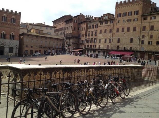 Die Piazza del Campo in Siena ist ebenfalls ein eindrucksvoller Ort und ein würdiges Finish für das Strade Bianche-Rennen.