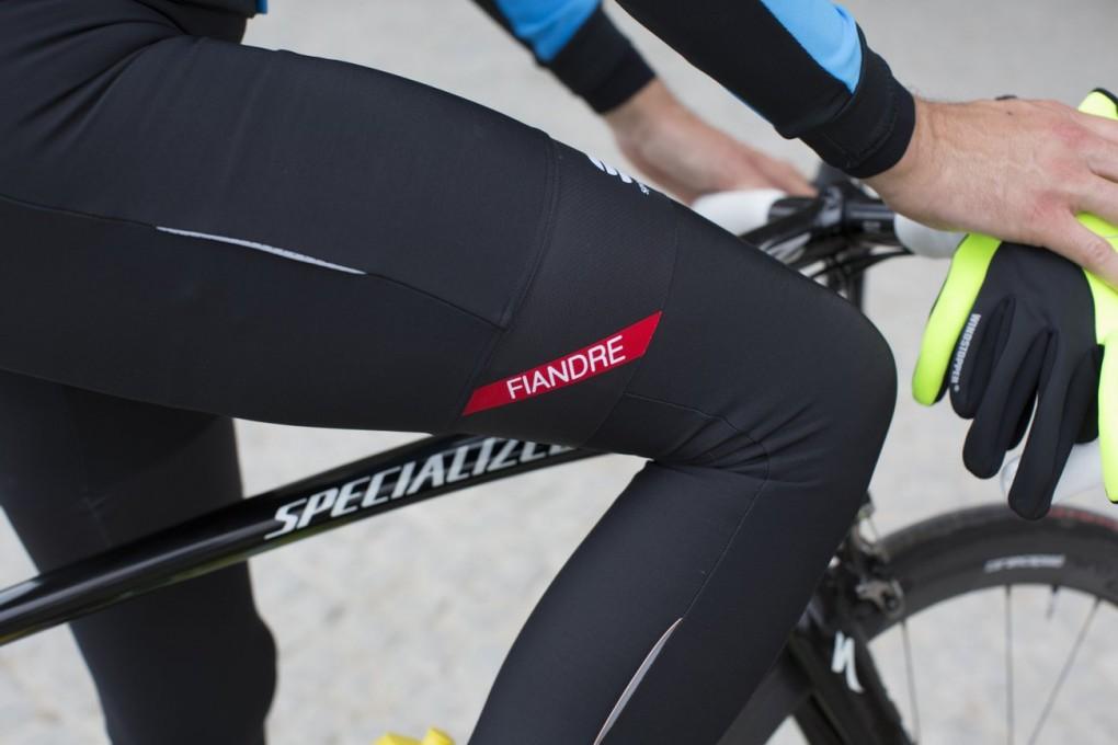 Die gefütterte Sportful Fiandre NoRain Trägershorts wurde überarbeitet und hat jetzt einen breiten Raw-Cut Bund mit einem gepunkteten Silikonband für noch besseren Halt.