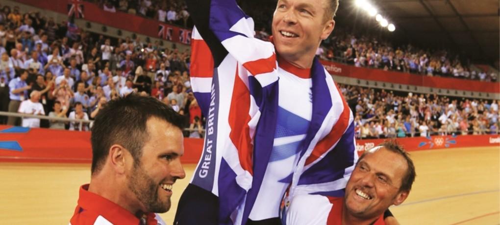 Phil Burt (links) feiert den Triumph von Chris Hoy bei den Olympischen Spielen. (Foto: British Cycling, zur Verfügung gestellt von Naomi Webb/Bloomsbury)