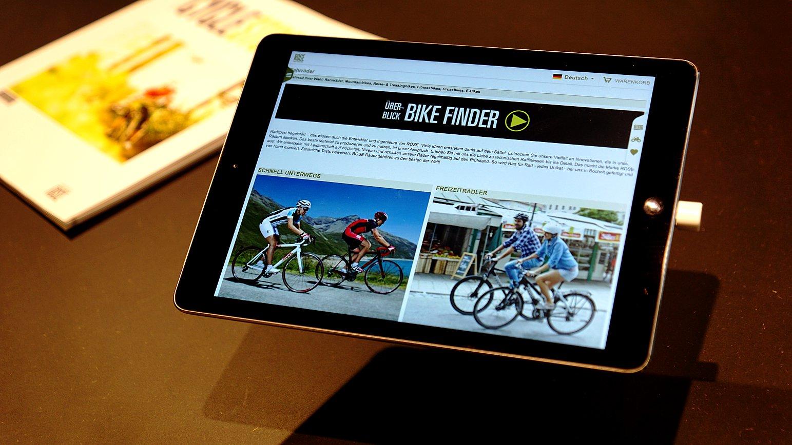 Neben der Werkstatt gibt es einen Wartebereich mit Sitzbänken. iPads mit dem voreingestellten Bike-Finder verkürzen die Wartezeit - sollte man auf eine Montage oder Justage warten.