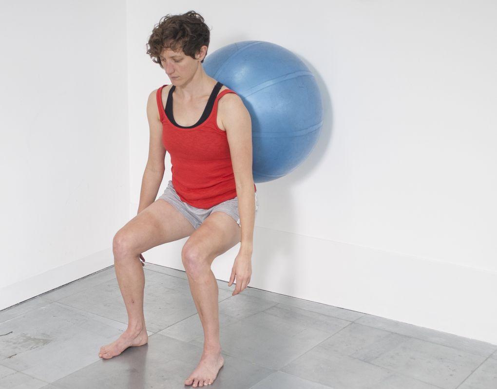 Gleichgewichtstraining mit einem Gymnastikball trainiert Bereiche deines Körpers, die beim Radsport zu kurz kommen.