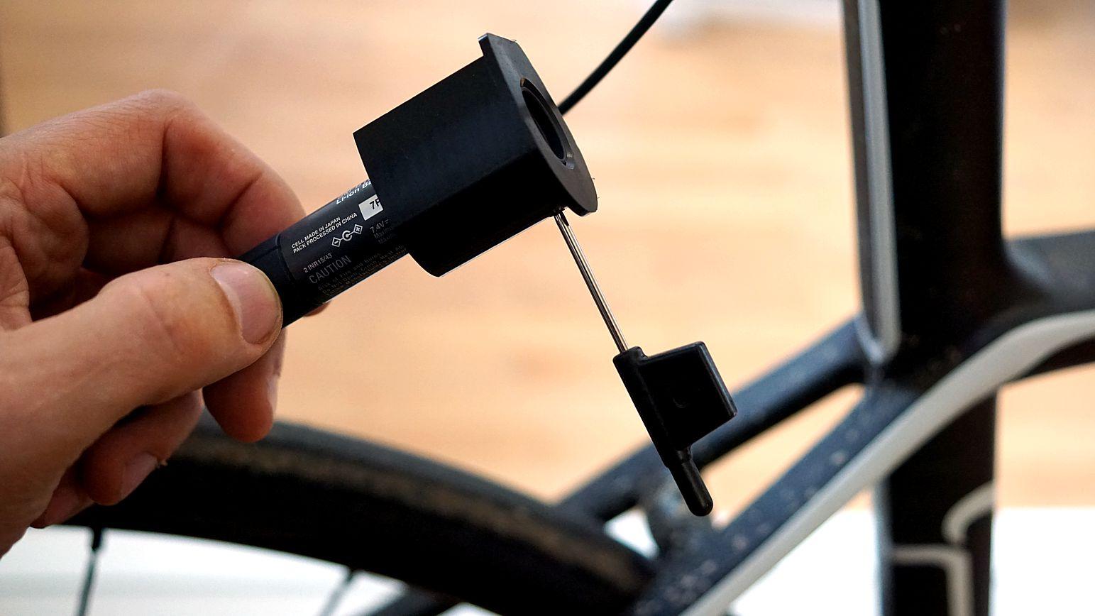 Separate Stützen bieten mit optionalen Klemmhülsen eine Befestigung für Di2-Akkus. Bei Wilier gibt es dafür eine eigene Halterung für das Sattelrohr mit Kammtail.