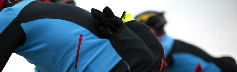 Dank der drei großen Taschen auf der Rückseite und der Reißverschlusstasche auf der linken Seite, lassen sich Wertsachen und Zusatzausrüstung problemlos verstauen.