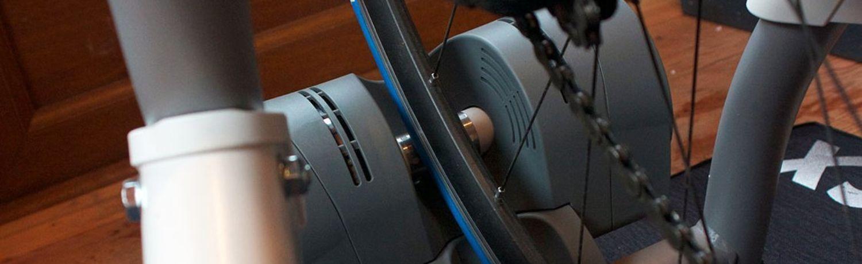 Sowohl eine Trainingsmatte als auch ein spezieller Reifen für den Einsatz auf einem Turbotrainer sind sinnvolle Anschaffungen.