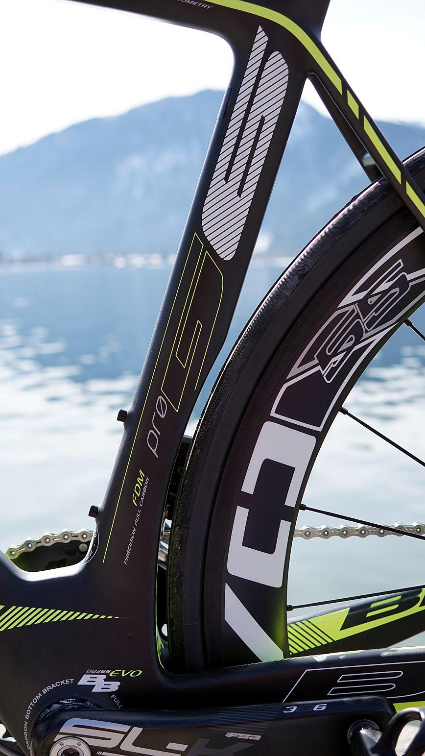 Das Sattelrohr schmiegt sich aerodynamisch günstig an das hintere Laufrad und verjüngt sich in Richtung Tretlager.