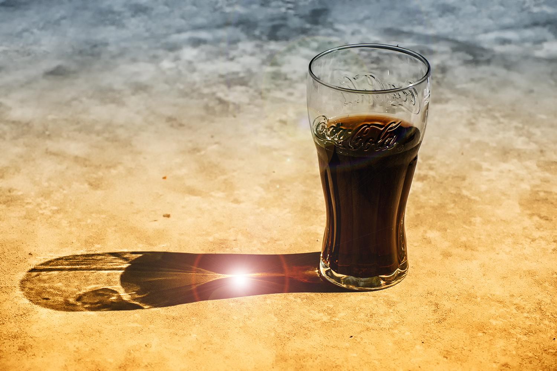 Das allseits beliebte Glas Cola nach dem Training wollen wir nicht verteufeln. Besser ist aber dazu ein Glas Wasser zu trinken und den Flüssigkeitshaushalt nicht mit stark zuckerhaltigen Getränken auszugleichen. (Foto: www.Rudis-Fotoseite.de / pixelio.de)