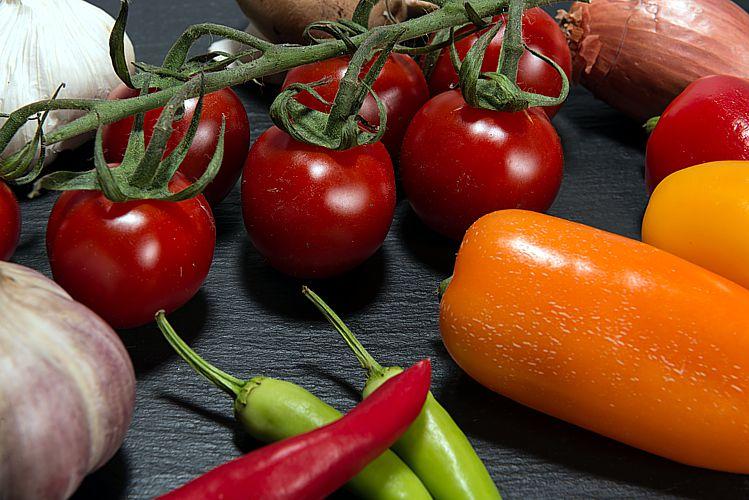 Gemüse und Obst in möglichst bunter Zusammensetzung gehören zu den Eckpfeiler einer ausgewogenen Ernährung. Wer gesund abnehmen will sollte darauf auch im Winter nicht verzichten.(Foto: Heiko Stuckmann / pixelio.de)