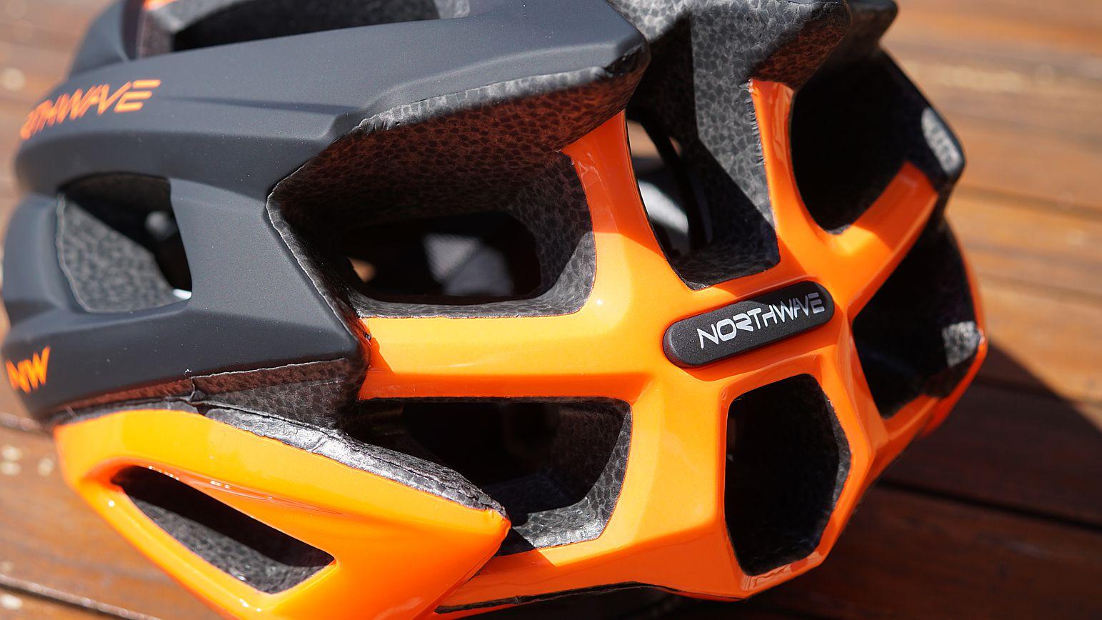 Sehr schick - die gelochten Rückenplatte in der Akzentfarbe der Limited-Serie. Das macht den Helm sehr dynamisch und schlank.