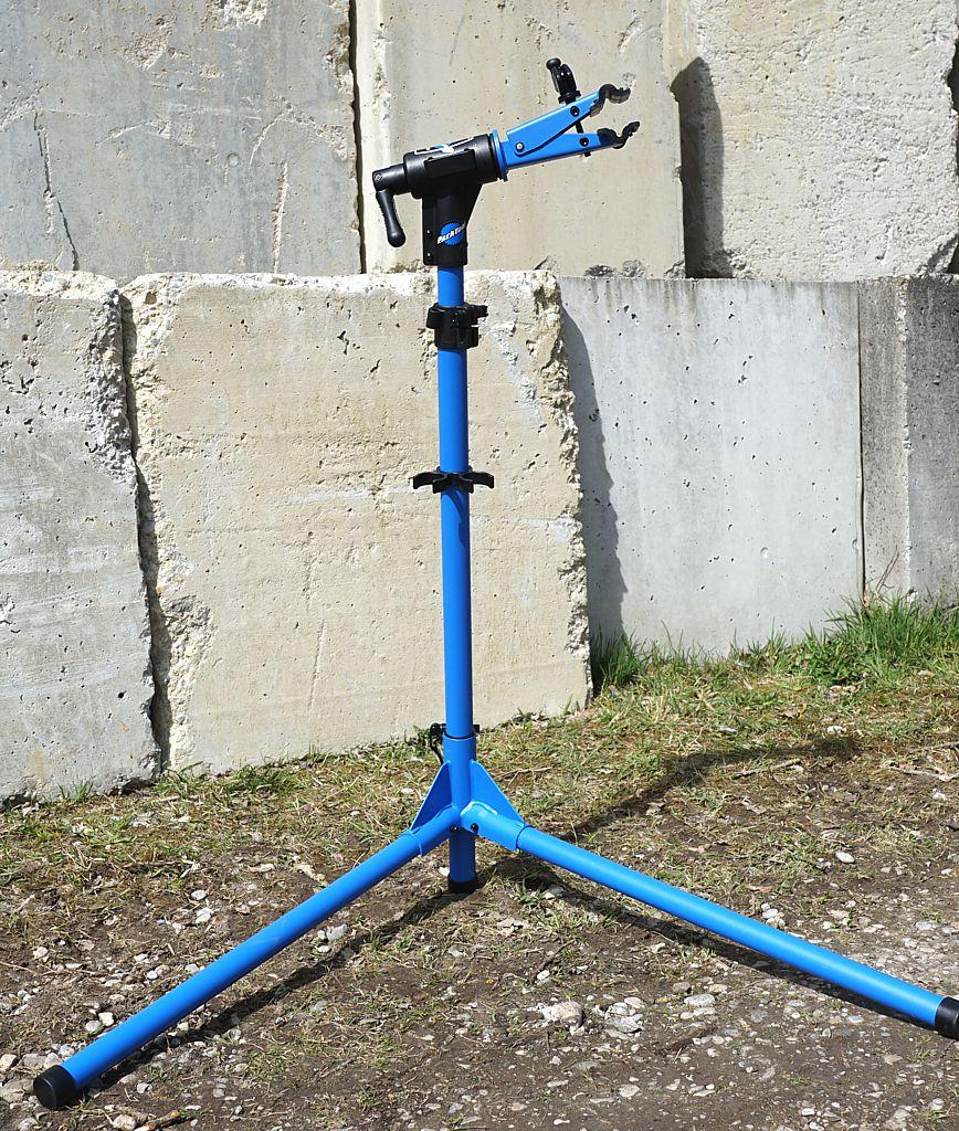 Der Kopf des Ständers ist in beide Richtungen drehbar und erlaubt auch eine volle Drehung um 360 Grad in der Vertikalen.