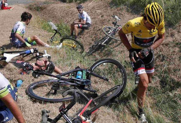 Massensturz bei der 3. Etappe der Tour de France 2015 (pic: ASO)