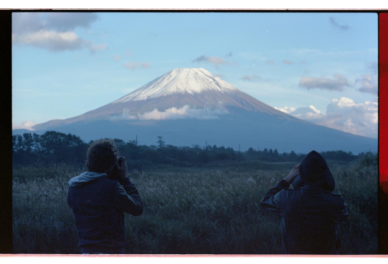 Bastien Duverdier und Kevin Metallier am Mount Fuji. Gleich am ersten Tag haben wir unseren Jetlag genutzt und sind früh morgens losgefahren um den Mount Fuji mit eigenen Augen zu sehen! Wir haben den ersten Schnee des Jahres, sowie den ersten klaren Himmel nach drei Wochen Dauerregen gesehen! Welch ein Glück. Sonst kann es passieren, dass du davor stehst und nichts siehst!