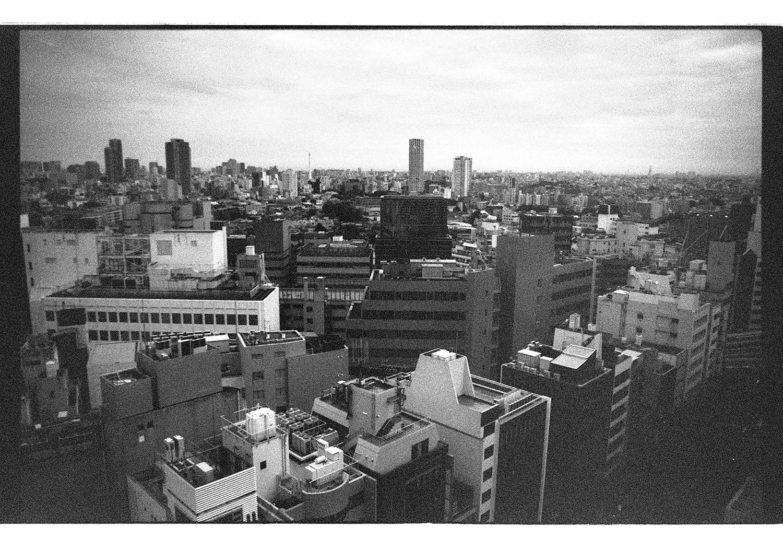 Dächer von Shibuya, im Zentrum von Tokyo, geschossen aus einer der oberen Etagen eines Hauses.