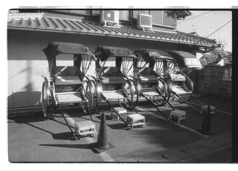 Japanische Rikscha in Kyoto. In der alten Kaiserstadt wird das Traditionelle noch gehegt und gepflegt.