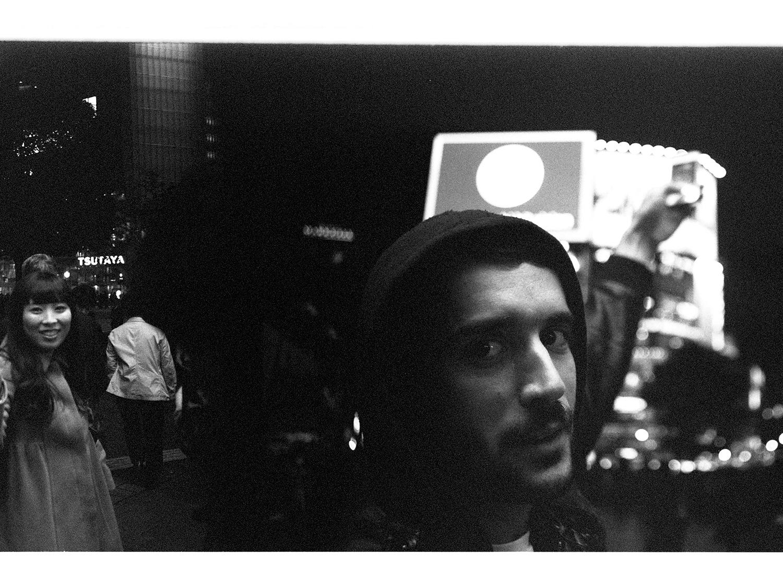 Bastien, Tourist an der berühmten Shibuya Crossing. Diese Straßenkreuzung, an der die Menschen von allen Seiten über die Straße laufen, kennt ihr bestimmt.