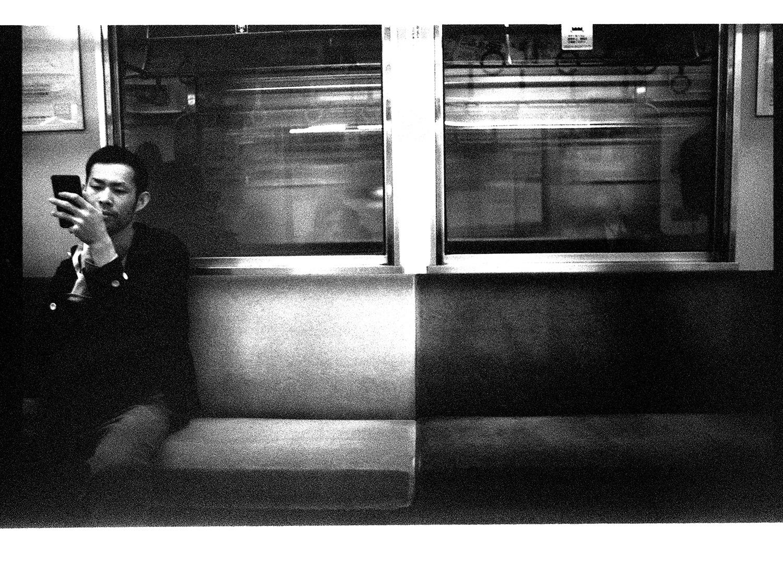 Metro Design. Ich glaube, dass es in Tokyo verboten ist, NICHT auf sein Handy zu starren.