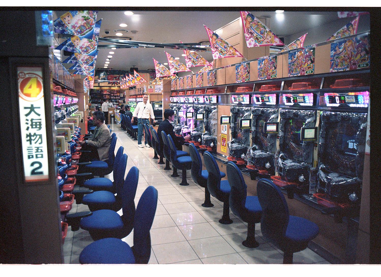 Die Stadt wimmelt von Spielhallen. Betrittst du eine, wirst du als normaler Mensch nach spätestens fünf Minuten verrückt von dem ganzen Lärm. Ich denke nicht, dass es eine leerere in Tokyo gibt!