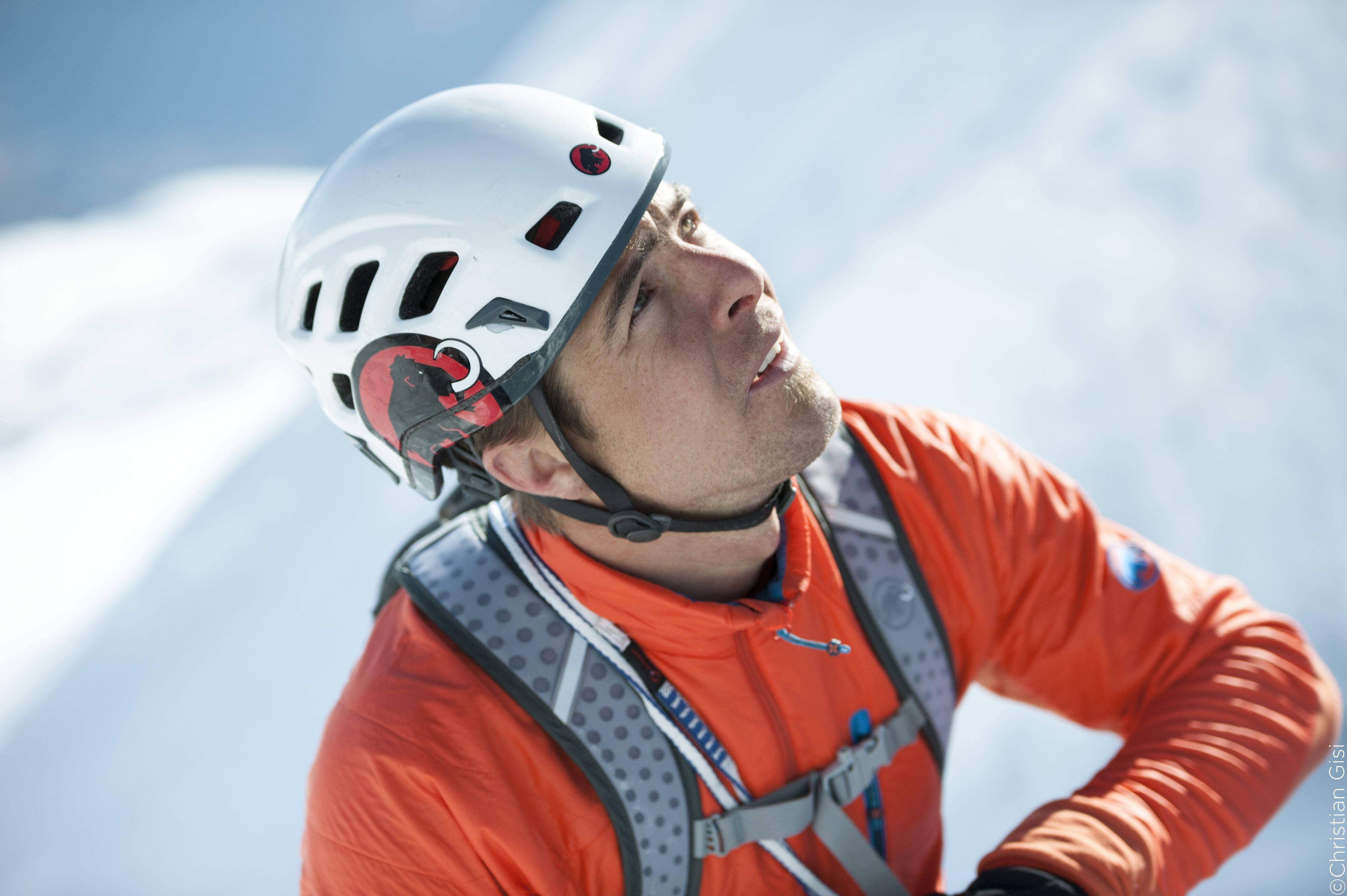 Am 22. April 2015 durchsteigt Dani Arnold die Matterhorn Nordwand (Schmid Route) in der neuen Rekordzeit von 1 Stunde und 46 Minuten und ist damit 10 Minutenn schneller als der bisherige Rekordhalter Ueli Steck.