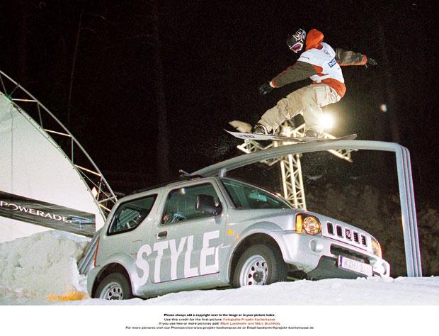 Wie bereits im 2003 versetzt das erst 18-jährige Snowboard-Wunderkind Shaun White aus Kalifornien auch in diesem Jahr die Fachwelt in Staunen. Souverän verteidigt er seinen Titel aus dem Vorjahr.