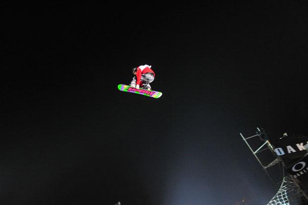 Am 4. Dezember erobert der Air & Style das Land der Mitte. Obwohl Snowboarden in China bislang eher eine Randsportart war, stürmen tausende begeisterte Fans in das Stadion und verfolgen gebannt die atemberaubenden Sprünge der weltbesten Snowboarder.