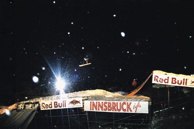 1994 – ein Meilenstein in der Geschichte des Snowboardens: Der erste Air & Style Contest findet in Innsbruck statt. Ein durchschlagender Erfolg, über 5.000 begeisterte Besucher stürmen das Bergisel Stadion, um hautnah bei dem ersten In-City Snowboardcontest dabei zu sein.