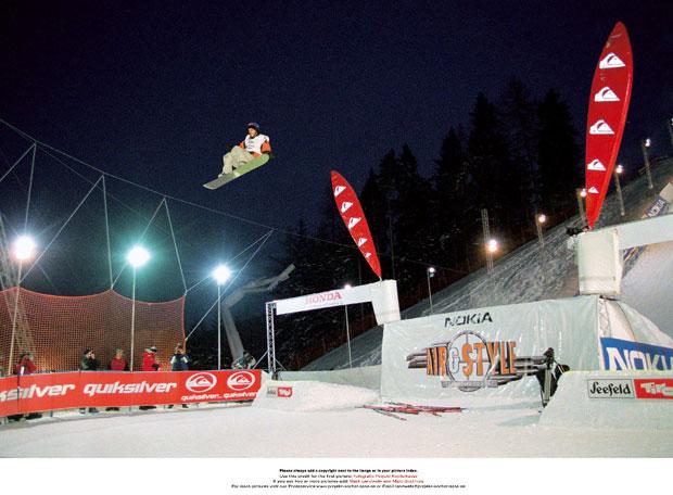 Mit seinem Switch Frontside 900 Mute und seinem Switch Frontside 900 Nosegrab überzeugt Stefan Gimpl die Jury. Auch die zahlreichen Besucher des Nokia Air & Style Snowboard Contest 2001 in Seefeld in Tirol sind hellauf begeistert.