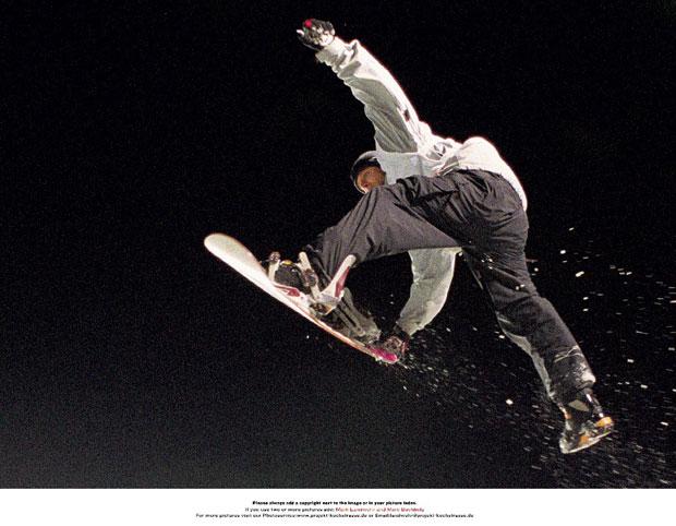 Auch beim Nokia Air & Style Snowboard Contest 2002 werden wieder neue kreative und perfekt ausgeführte Sprünge gezeigt, wie hier Friedl Kolar mit nur einem Fuß in der Bindung.