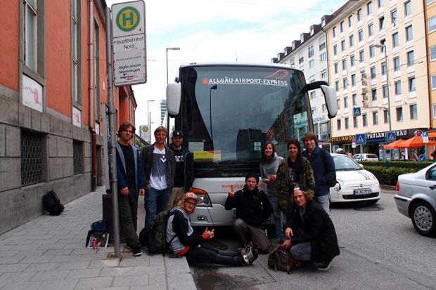 Los gehts! Die Münchner Crew auf dem Weg nach Memmingen. Danke an den Allgäu-Airport-Express.