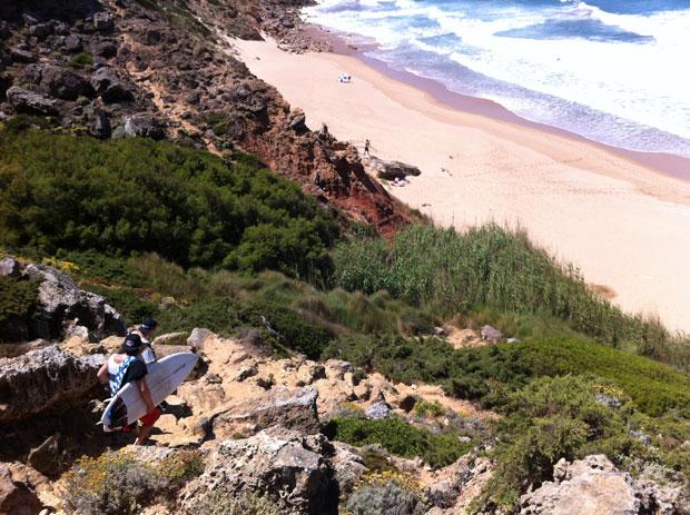 ...auch wenn der Weg runter etwas anspruchsvoll war, besonders mit Surfboards unterm Arm.