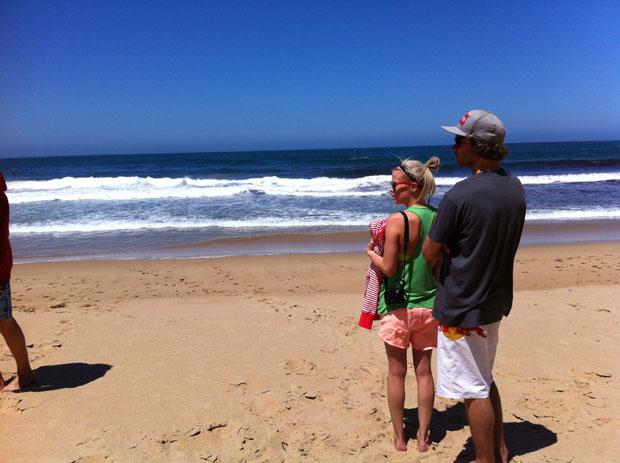 ...Tytti und Eero checken den Swell.