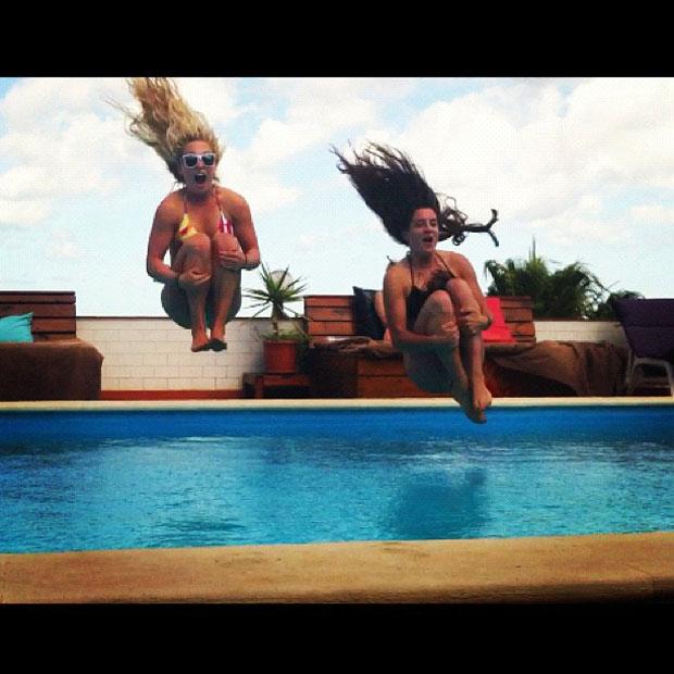 Wenn der Swell schon keinen perfekten Surftag zulässt gibt es eben Action am Pool. Aimee und Cilka kicking ass!