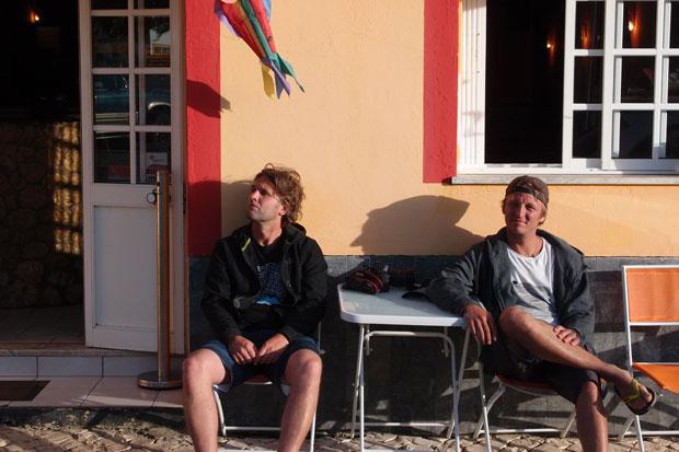 Basti und Martin sichern sich die letzten Sonnenstrahlen.