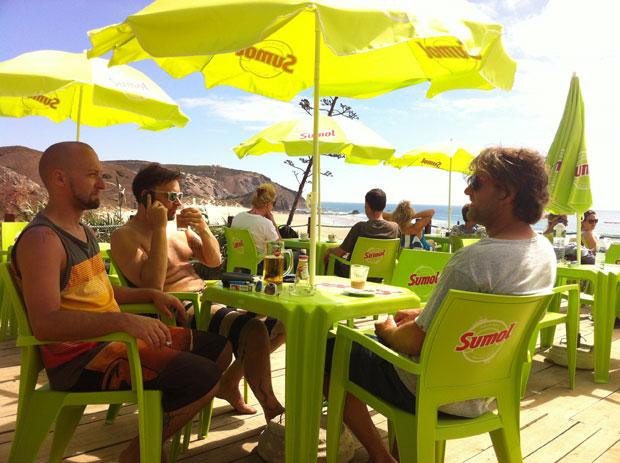 Während die sich die Jugend im Wasser austobt trinken die Herren Kaffee.