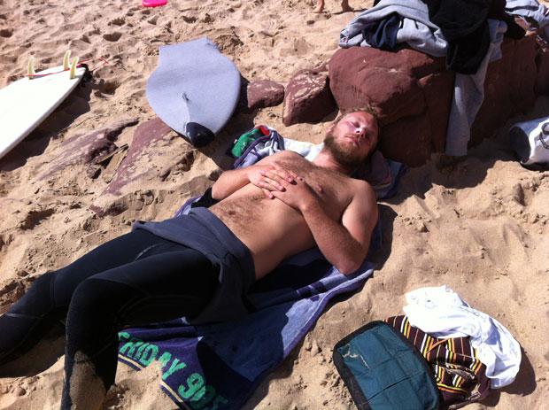 Surfen macht müde.