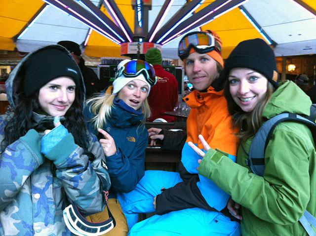 Dani (MBM-Grafik), Moni (Skiing-Sales), Clemens (MBM-Sales) und Meike (MBM-Redaktion) am Schirm