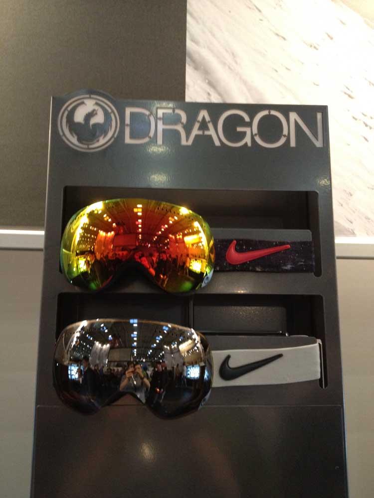 Dragon macht gemeinsame Sache mit Nike und stattet die APX Goggle mit dem weltberühmten Swoosh aus.