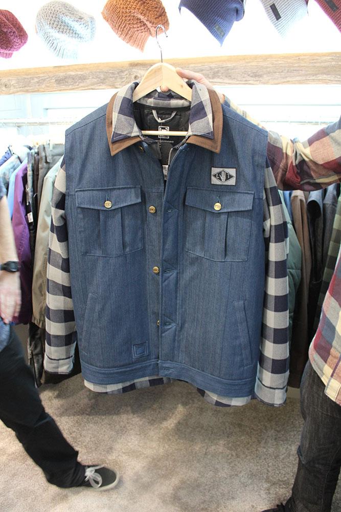 Bei L1 setzt man auf funktionelle Streetwear-Styles. Die DL-Vest kommt mit wasserabweisendem Stretchjeans-Stoff.