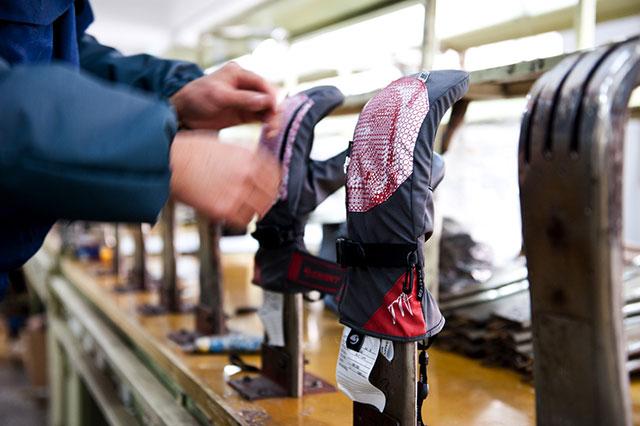 Nachdem Innen- und Aussenhandschuh schliesslich ineinander gelegt wurden, stülpen die Arbeiterinnen den an sich fertigen Handschuh von innen nach aussen. Der Glove wird dann zum Glätten und Anpassen der endgültigen Form noch über ein 70° Celsius heisses Eisen gelegt.