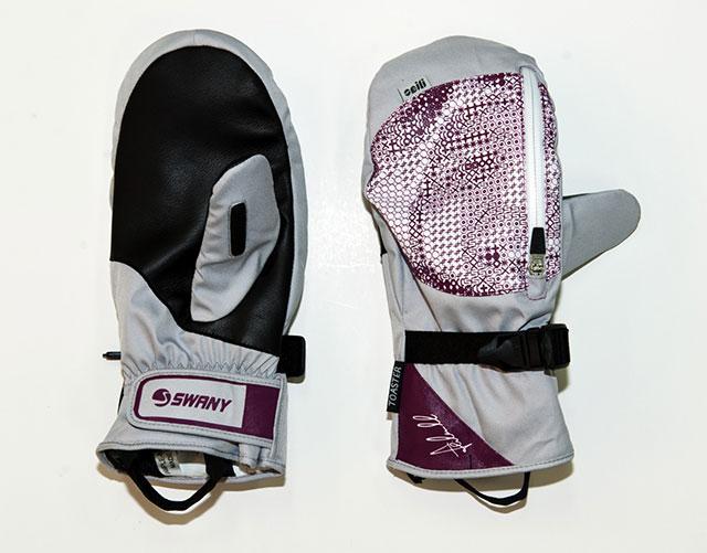 Zum Abschluss werden dann noch kleinere Dinge wie Waschhinweise oder das Seili-Label an den Handschuh genäht (08), bevor der Handschuh verpackt und in die ganze Welt verschifft wird.
