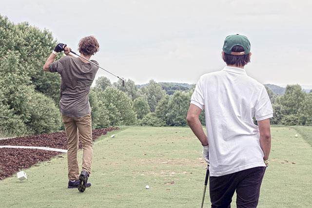 Männer, die auf Bälle starren... Alex Tank & Sean Malto. Foto: Felix Krüger