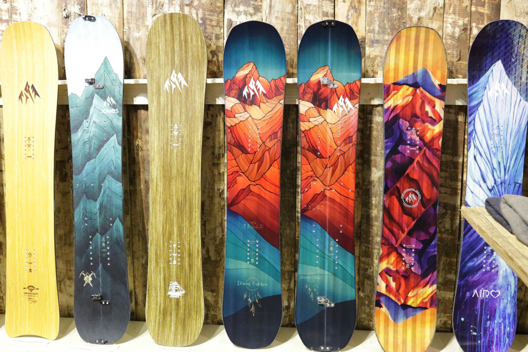 Jones Snowboards 18/19 (von links nach rechts): Hovercraft, Women's Solution, Flagship, Dream Catcher, Dream Catcher Split, Twin Sister, Airheart