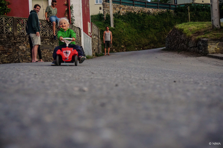 Gegen Ende des Trips besuchten wir Freunde in Luarca. Anton´s Hauptbeschäftigung: Bobbycar fetzen