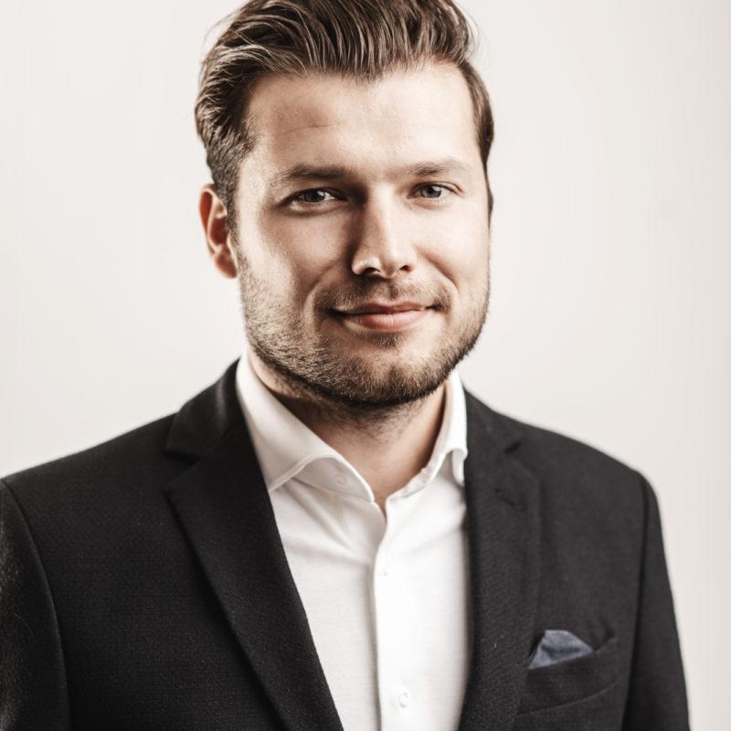 Arjen Banach spreker, dagvoorzitter sprekershuys