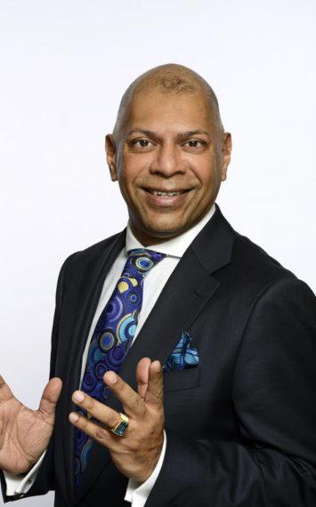 Adjiedj Bakas is te boeken als spreker en dagvoorzitter bij het Sprekershuys