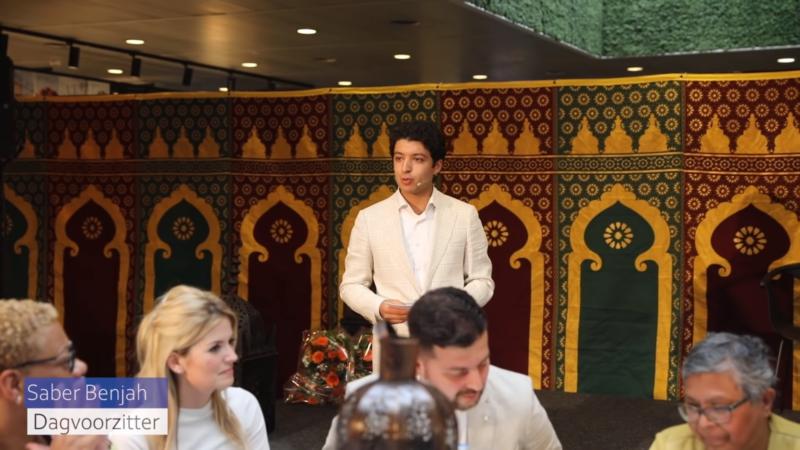 Dagvoorzitter Saber Benjah boeken bij het Sprekershuys