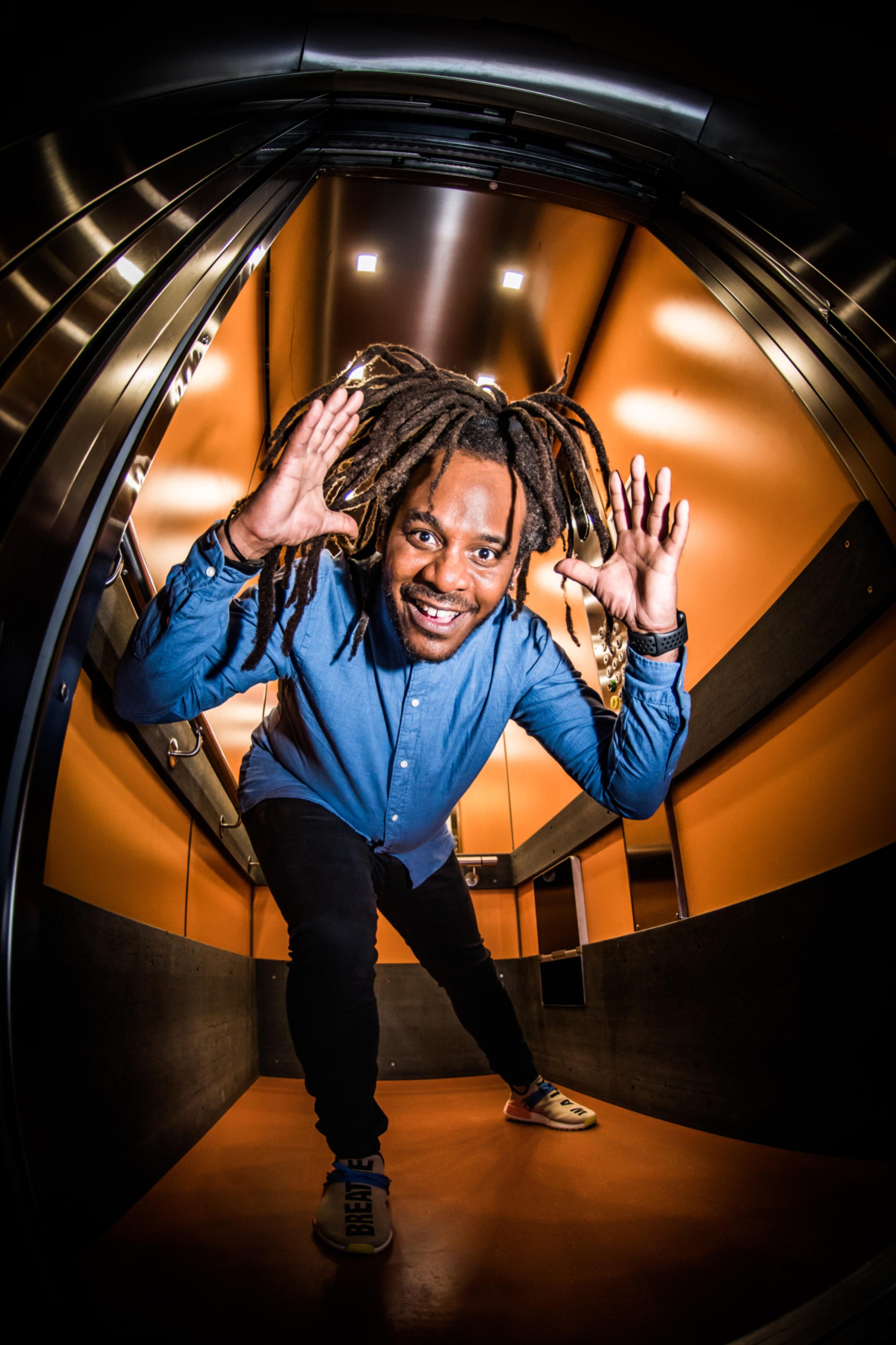 Marlon Kicken In de Lift Staand Dave van Hout 3974 1583244467 35i1zl638b