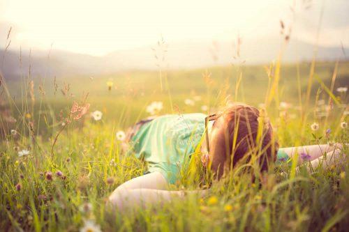 Mann liegend im Gras