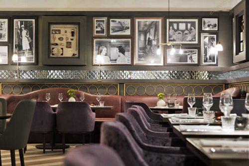Das Innere einer Bar, deren Einrichtung an den Orientexpress angelehnt ist.