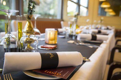 Ein sorgfältig gedeckter Tisch in einem Sterne-Restaurant.